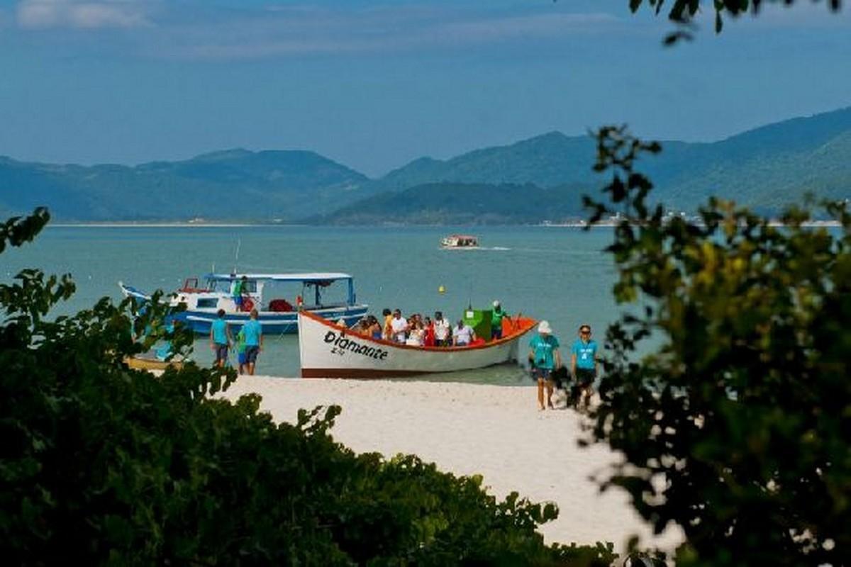 Desembarque de Turistas na Ilha do Campeche - Foto Acervo SANTUR - Florianópolis – Santa Catarina