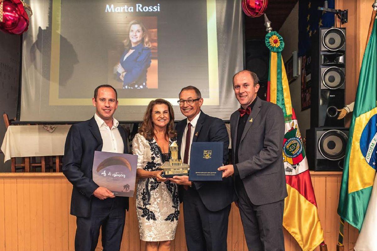 MARTA ROSSI RECEBE O PRÊMIO DESTAQUE DO TURISMO NOVA PETRÓPOLIS