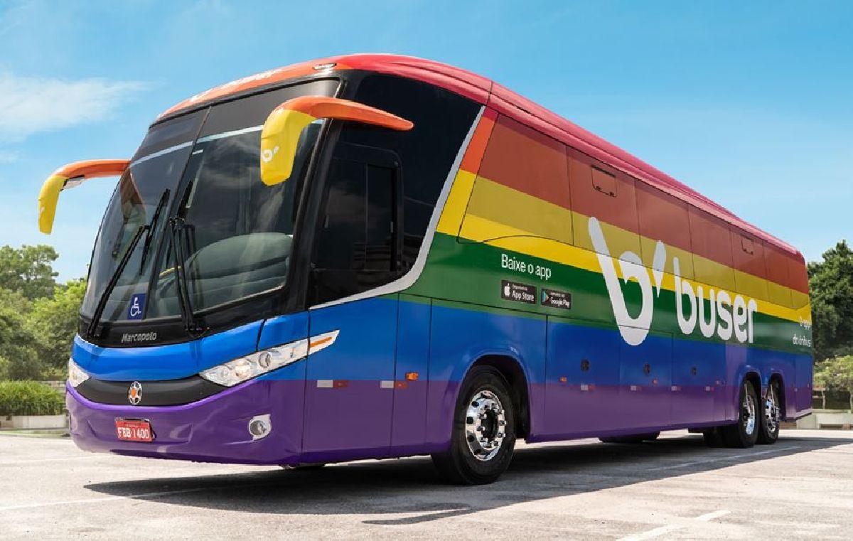 ÔNIBUS ARCO-ÍRIS COM AS CORES DA BANDEIRA LGBTQIA+ INVADEM AS ESTRADAS DO BRASIL REPRESENTADO O DIREITO DE LIBERDADE