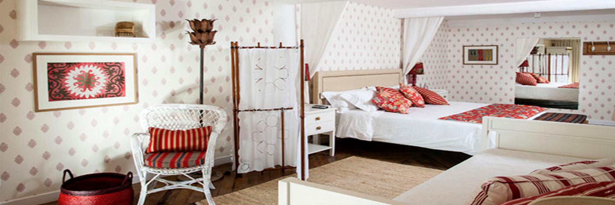 TW GUAIMBÊ EXCLUSIVE SUITES HOTEL = quarto todo branco com detalhes vermelho