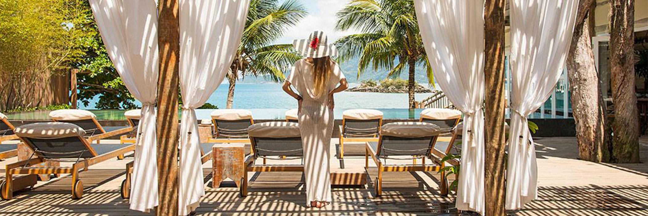 TW GUAIMBÊ EXCLUSIVE SUITES HOTEL= mulher de branco em pé ao lado de 2 tendas brancas
