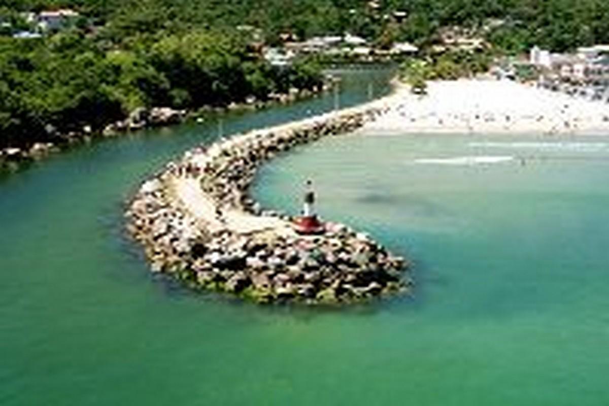 Barra da Lagoa é uma praia conhecida pela pesca, próximo à Lagoa da Conceição, Praia Mole e Praia da Joaquina. Foto Acervo SANTUR - Florianópolis – SC