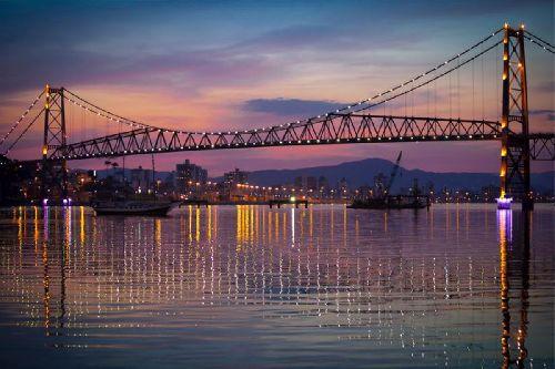 O cartão postal de Florianópolis, Ponte Hercílio Luz. SETUR - Foto: Mauro Vaz | Prefeitura de Florianópolis - Santa Catarina